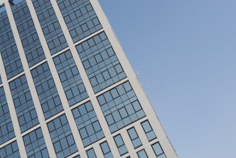 Glass byggnad för modern hög löneförhöjning och blå himmel royaltyfri fotografi