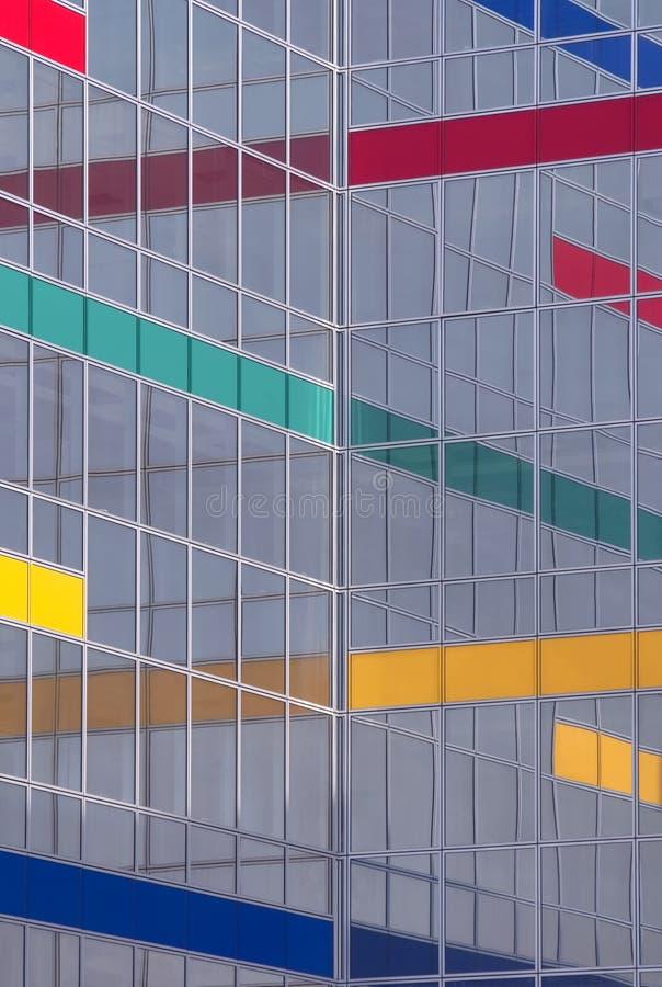 Glass byggnad med färgband royaltyfri foto