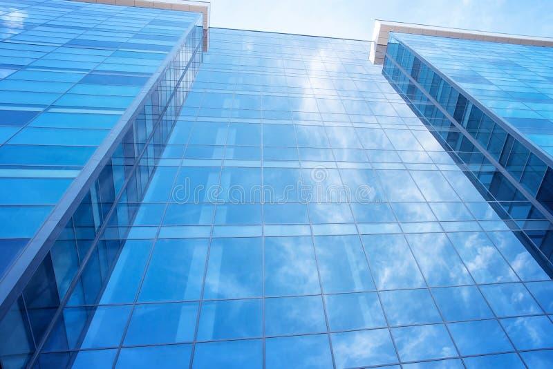 Glass byggnadsvägg med himmelreflexion royaltyfria bilder