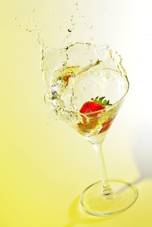 glass färgstänkjordgubbe för coctail arkivfoto