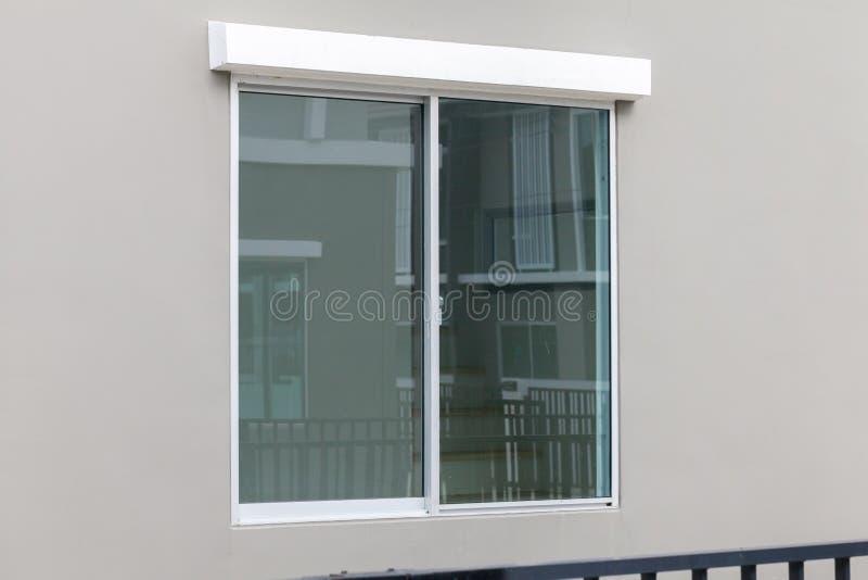 Glass fönster av huset arkivbilder