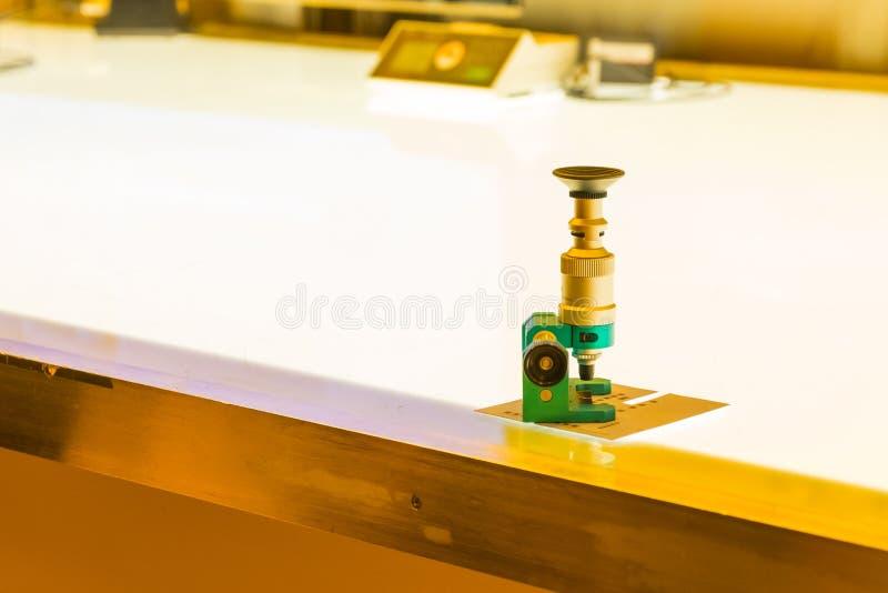 Glass förstoringsapparat för linne som skrivar ut Inudstry utrustningkontroll Whi royaltyfri bild