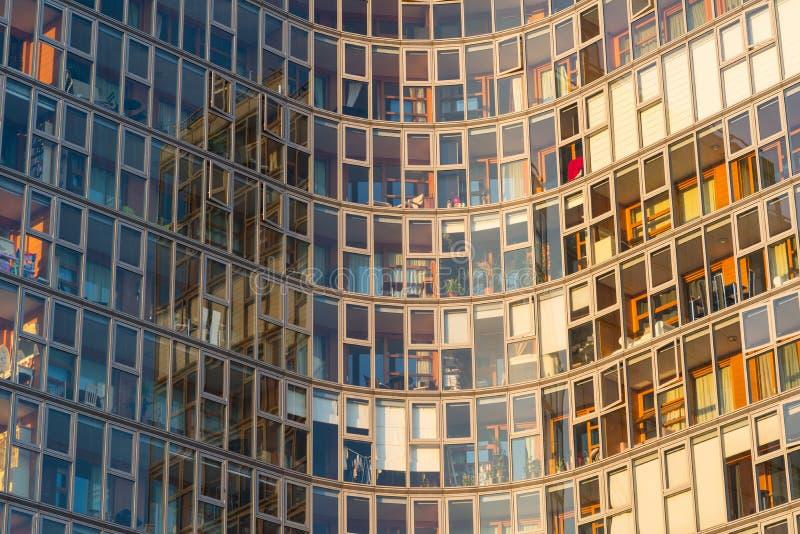 Glass fasad av en modern skyskrapa som är värd lyxiga lägenheter arkivbild
