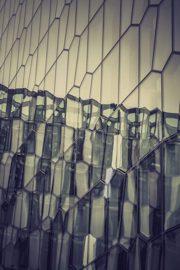 Glass fasad med reflexion av abstrakt byggnad arkivbild