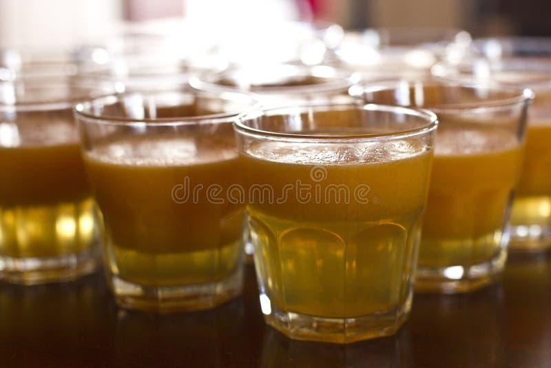 glass fruktsaftpumpa Orange fruktsaft med trämassa arkivfoto