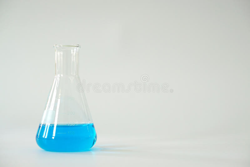 Glass fylld Erlenmeyer för laboratorium konisk flaska royaltyfri bild