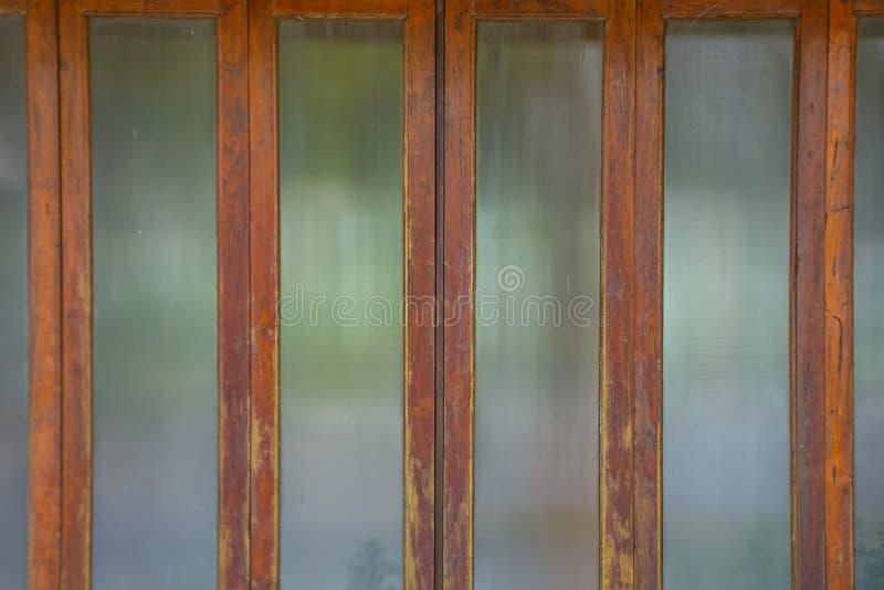 Glass gammalt trä för dörrram arkivfoto