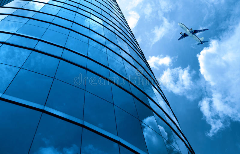 Glass gardinvägg och flygplan royaltyfri foto
