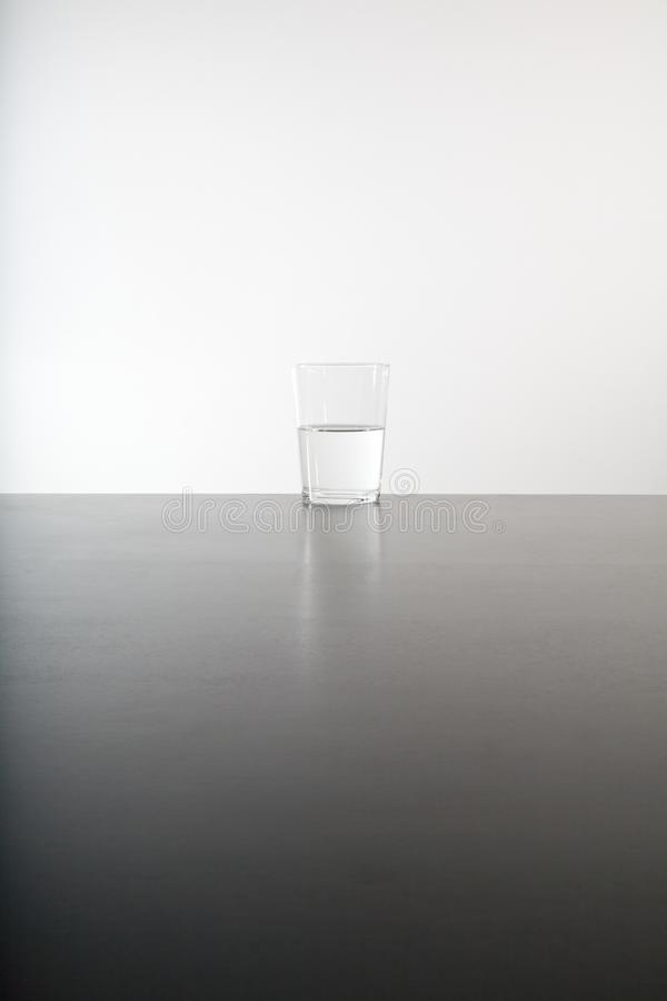 Glass halvfullt eller tomt royaltyfri fotografi