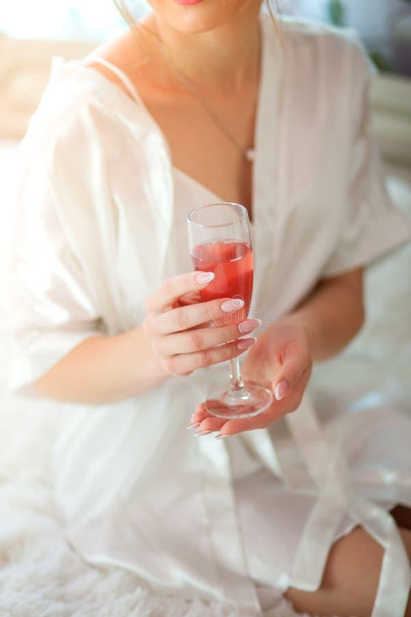 glass holding för brudchampagne Övre bild för slut royaltyfria foton