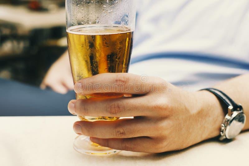 glass holdingman för öl arkivbild