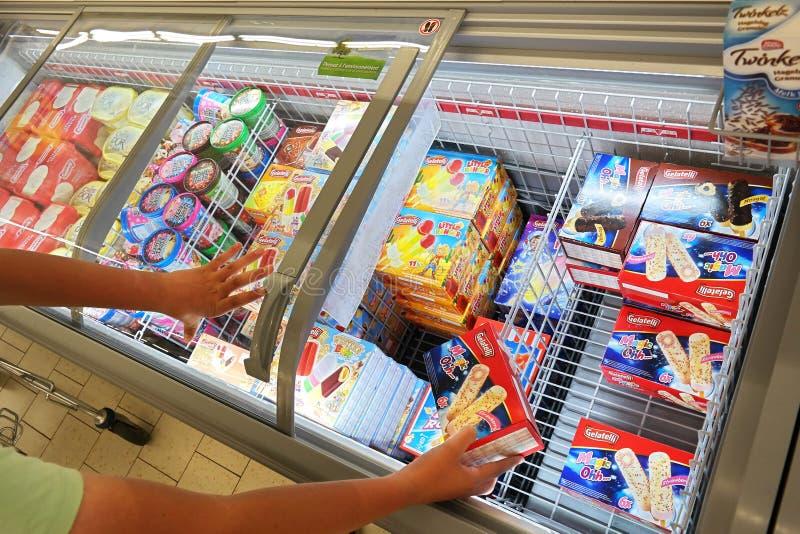 Glass i en Lidl supermarket royaltyfria bilder