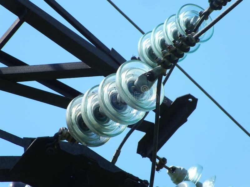 Glass isolatorer på elektrisk pol arkivfoto
