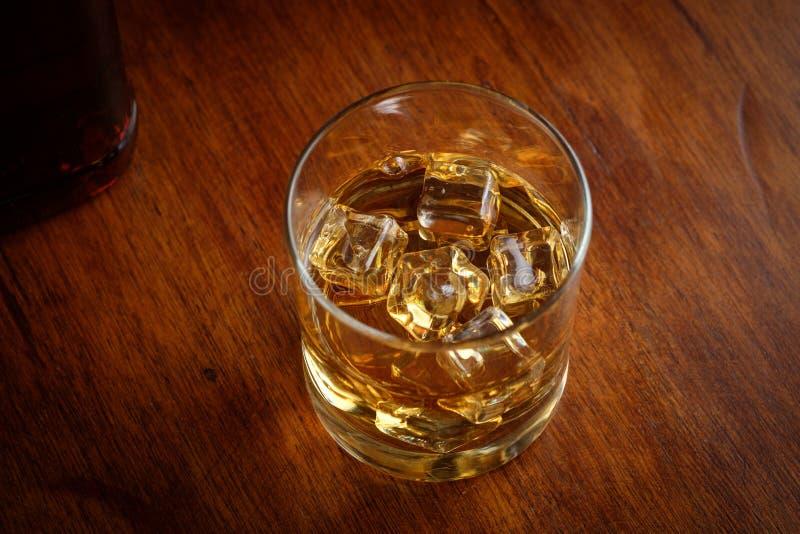 glass iswhiskey royaltyfri bild
