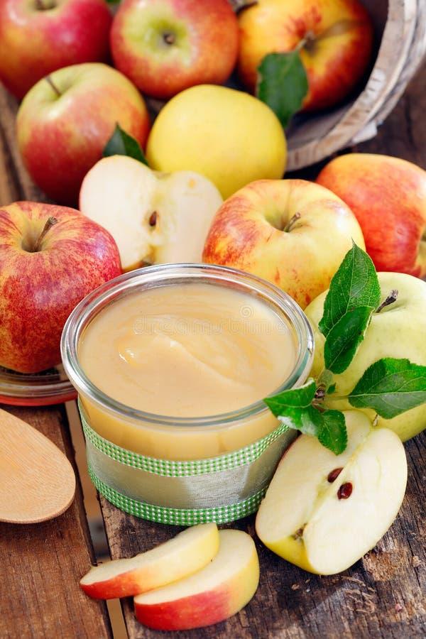 Glass jar av ny äpplesås royaltyfria foton