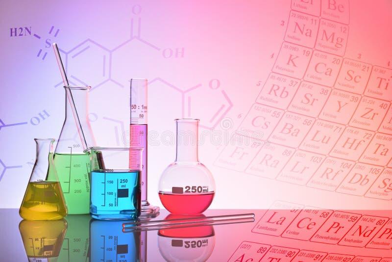 Glass kemisk behållarecolorfull med framställningsbackgrou royaltyfria bilder