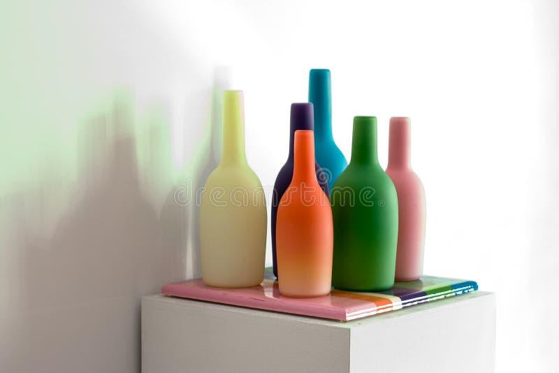 Glass konstsammanträde på en sockel fotografering för bildbyråer