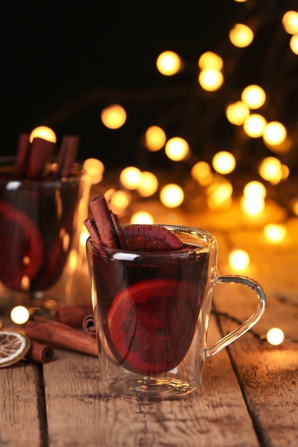 Glass kopp med funderat vin på tabellen arkivfoto