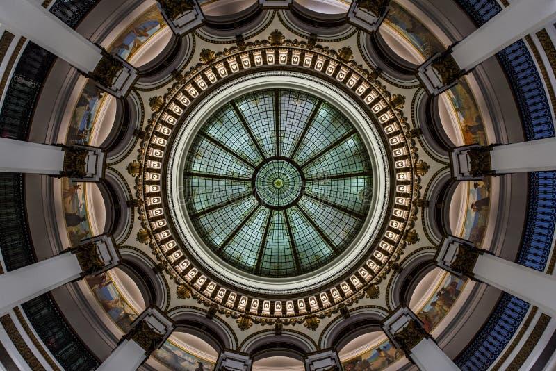 Glass kupol - historisk byggnad - i stadens centrum Cleveland, Ohio royaltyfri foto