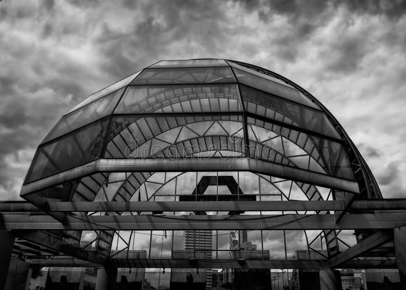 Glass kupol på den Merdeka fyrkanten Kualalampur royaltyfri fotografi