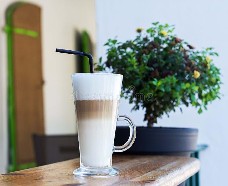 Glass Latte i morgonen arkivfoton