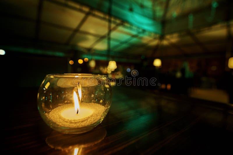 Glass ljusstake med en brinnande stearinljus fotografering för bildbyråer
