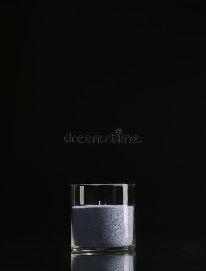 Glass ljusstake med en stearinljus som isoleras på en svart bakgrund royaltyfria bilder