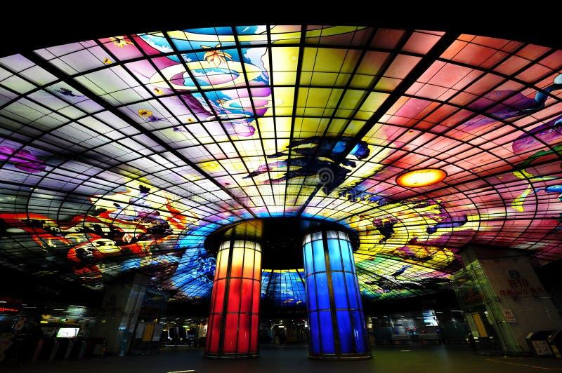 Glass mästerverk på taket av den Meilidao stationen i Kaohsiung, Taiwan arkivfoto