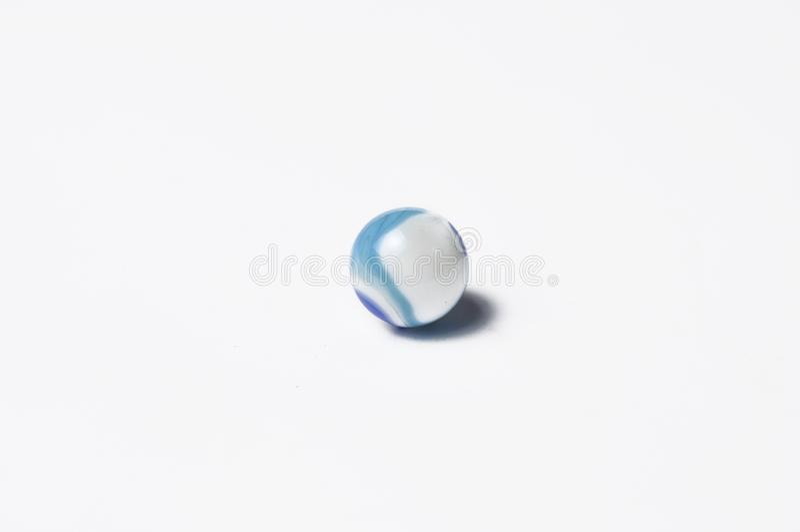 Glass marmorbollar som isoleras p? vit bakgrund E arkivbilder