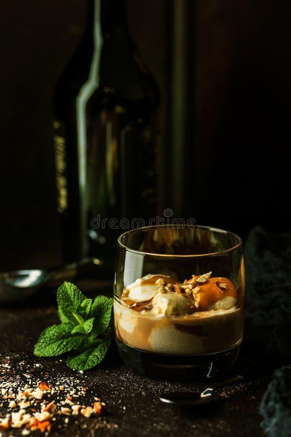 Glass med karamelltoppning arkivfoto