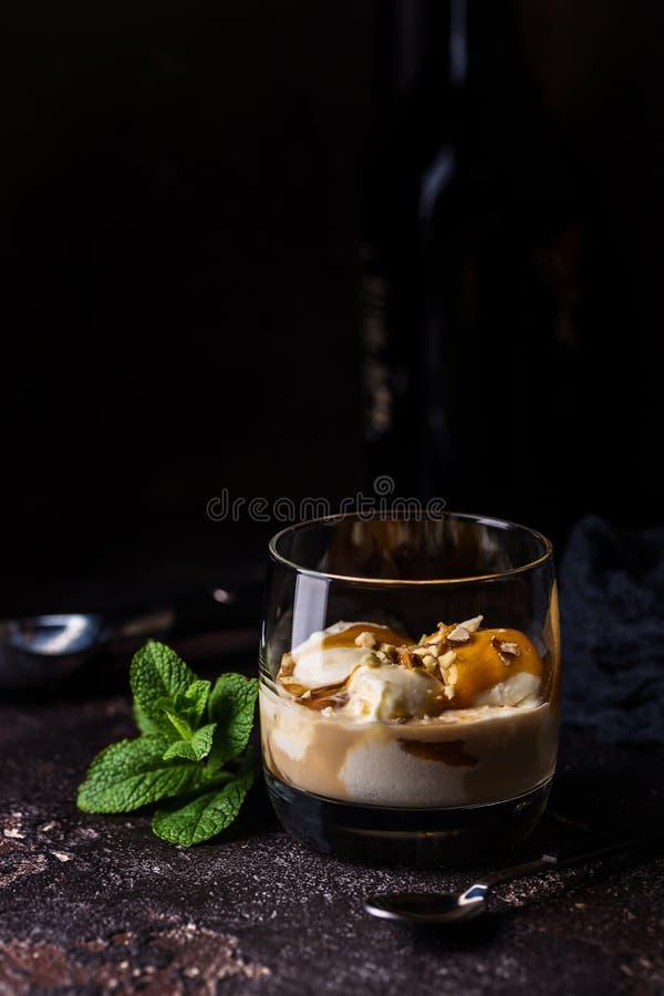 Glass med karamelltoppning royaltyfri foto