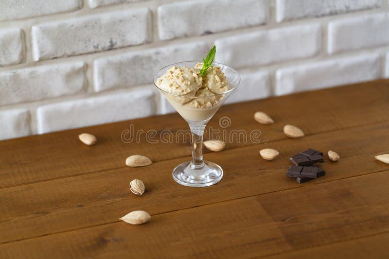 Glass med mandlar, mintkaramellen och choklad, efterrätt royaltyfria foton