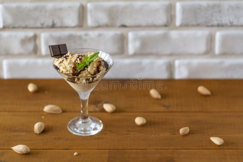 Glass med mandlar, mintkaramellen och choklad, efterrätt royaltyfri fotografi