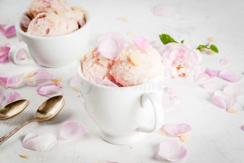 Glass med rosa kronblad royaltyfria bilder
