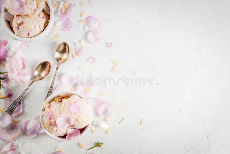 Glass med rosa kronblad fotografering för bildbyråer