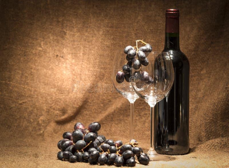 Glass mycket med druvor royaltyfri fotografi