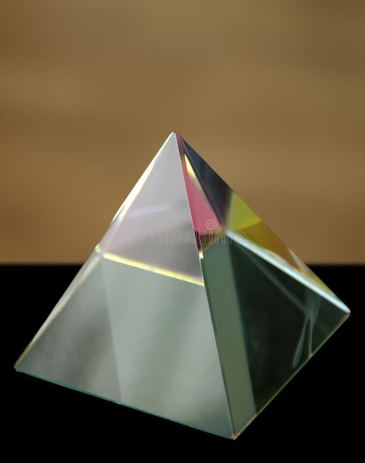 Glass prisma som en pyramid med färgrika reflexioner arkivbilder