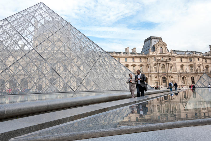 Glass pyramid av Louvremuseet, Paris arkivfoton