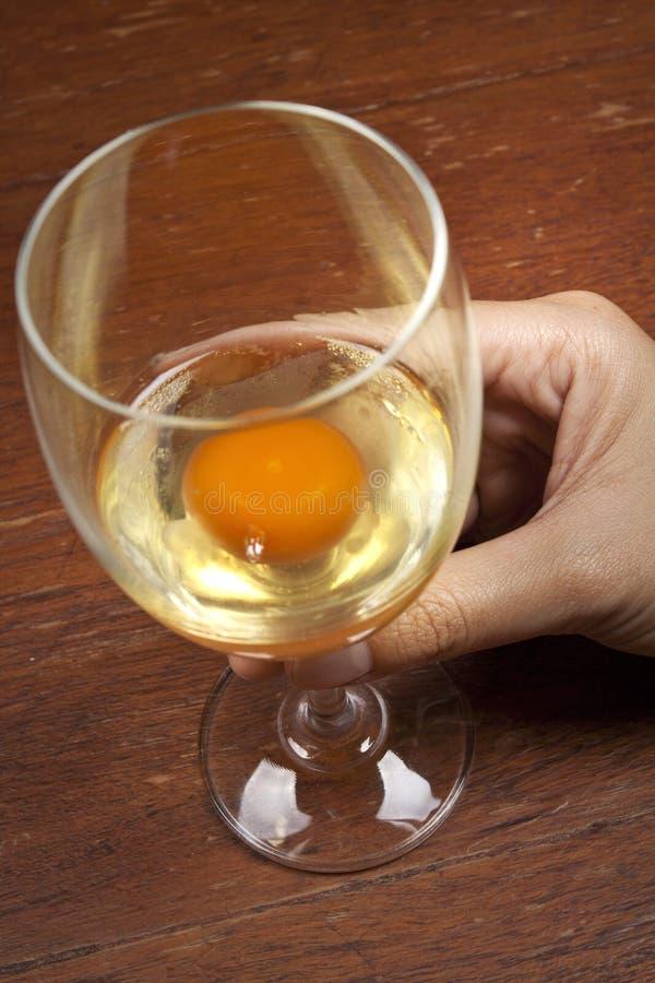 glass rå wine för ägg arkivbilder