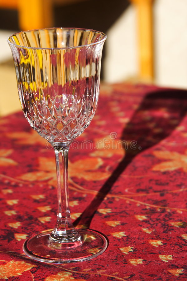 glass röd tabell royaltyfri bild