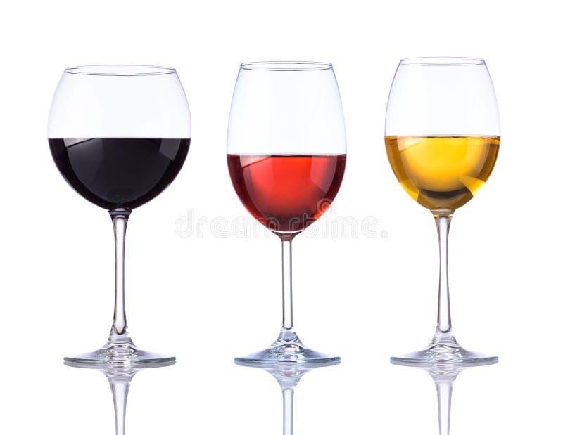 Glass rött, rosa och vitt vin som isoleras på vit bakgrund royaltyfri foto