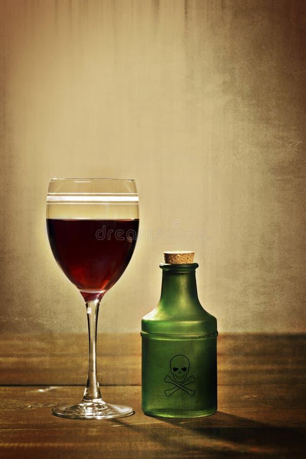 Glass rött vin med giftflaskan royaltyfri fotografi