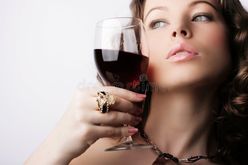 glass rött vinkvinna arkivfoto