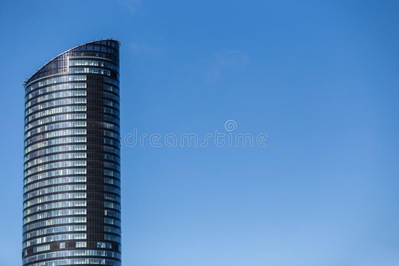 Glass reflekterande kontorsbyggnadskyskrapa royaltyfri bild