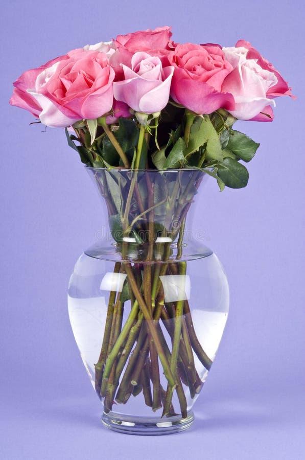 glass rosa rovase för bukett fotografering för bildbyråer