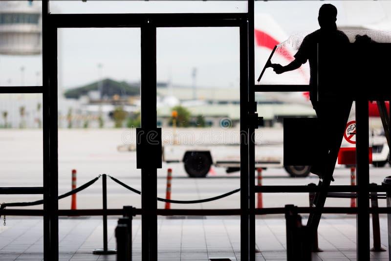 glass surface fönster för cleaningfokus royaltyfri bild