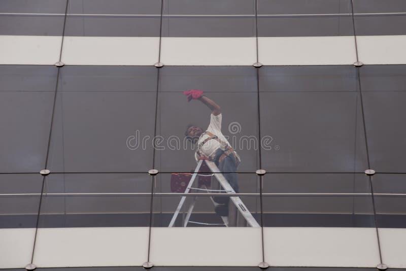 glass surface fönster för cleaningfokus royaltyfria bilder