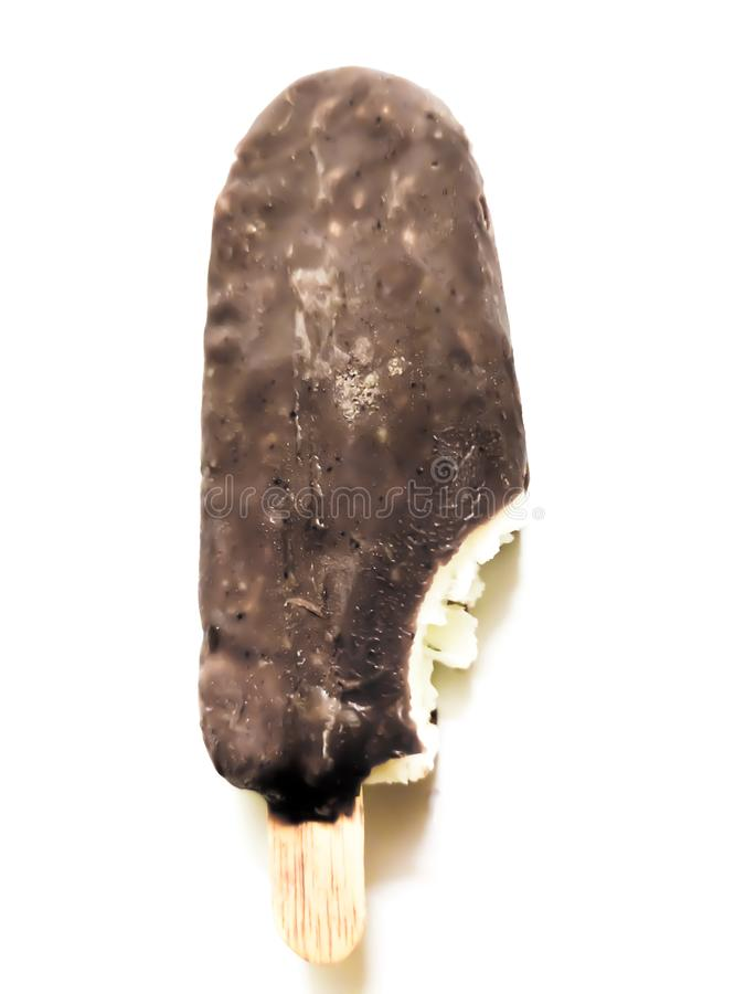 Glass täckt av brun choklad isolerad på vit bakgrund arkivfoton