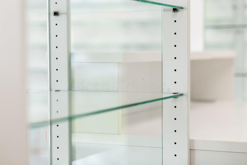 Glass töm hyllor fotografering för bildbyråer