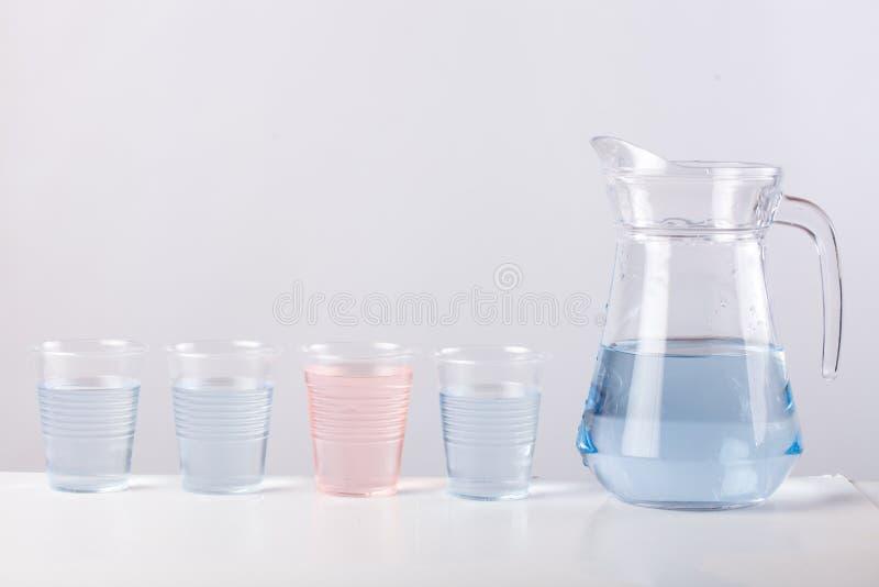 Glass tillbringare med vatten som isoleras på vit bakgrund royaltyfri foto